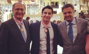 Gustavo (no centro) ao lado de Geraldo Alckimin e Aécio Neves, ambos do PSDB.